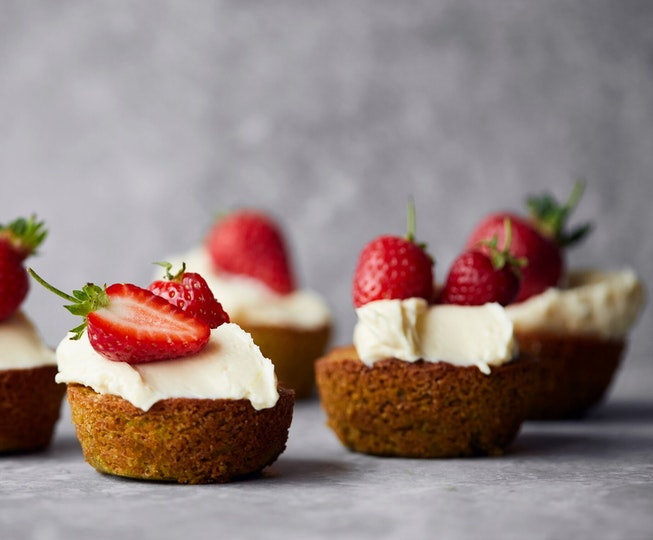 Pistachio Sponges with Soft Cheese Icing and Strawberries